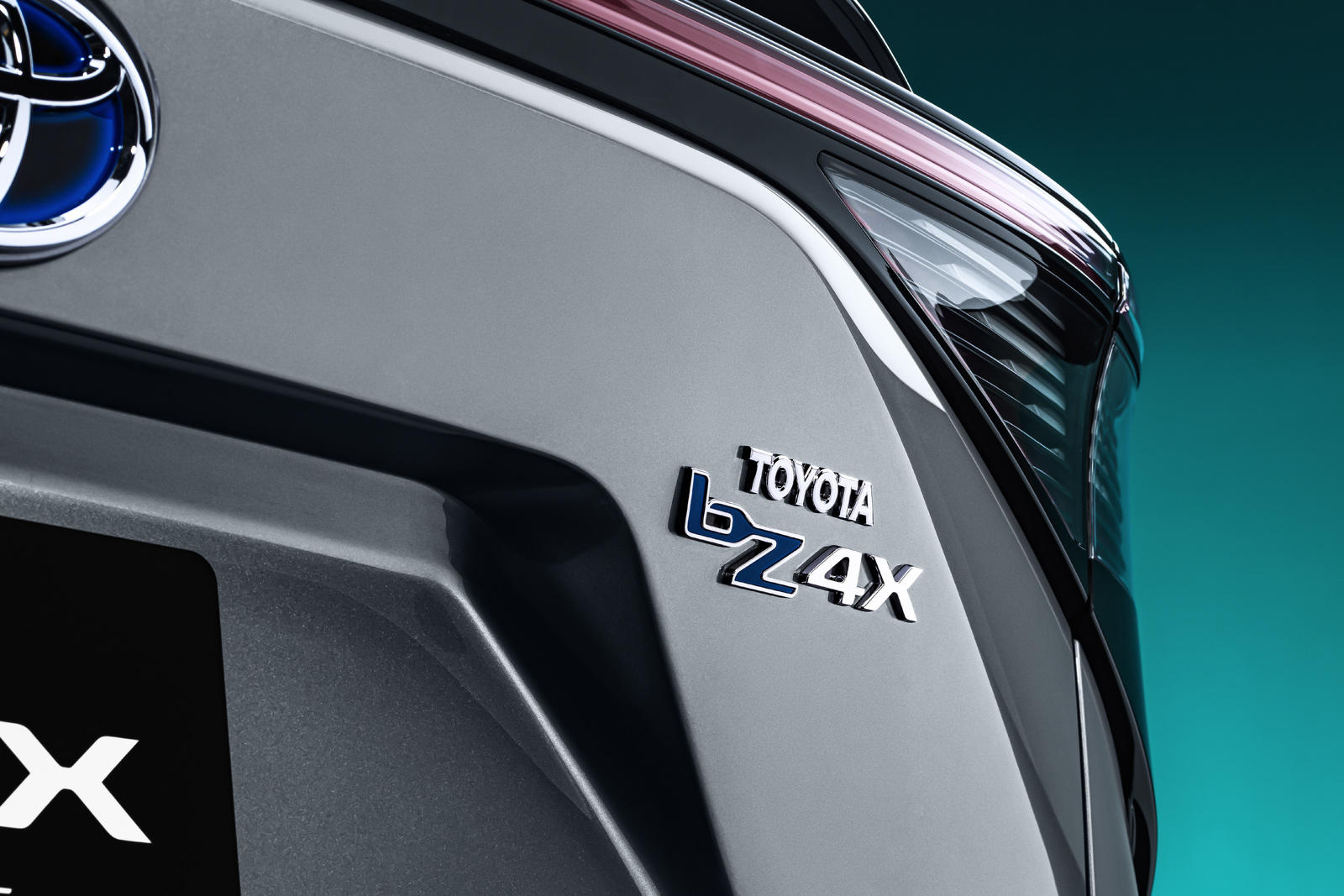На фотографиях видно, что bZ4X - это двухрядный внедорожник, вмещающий до пяти пассажиров. Внешние и внутренние размеры не указаны, но автомобиль выглядит меньше Toyota RAV4, по крайней мере, снаружи. У электромобилей, как правило, длинная колесная б
