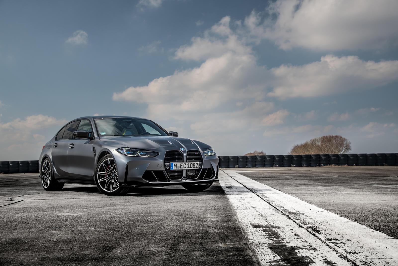 2022 BMW M3 и M4 вышли в сентябре. Хотя большинство людей говорили только об огромной носовой части, некоторые были немного удивлены, что компания не предложила полный привод с самого начала. Несмотря на то, что мы любим олдскульный задний привод, мы