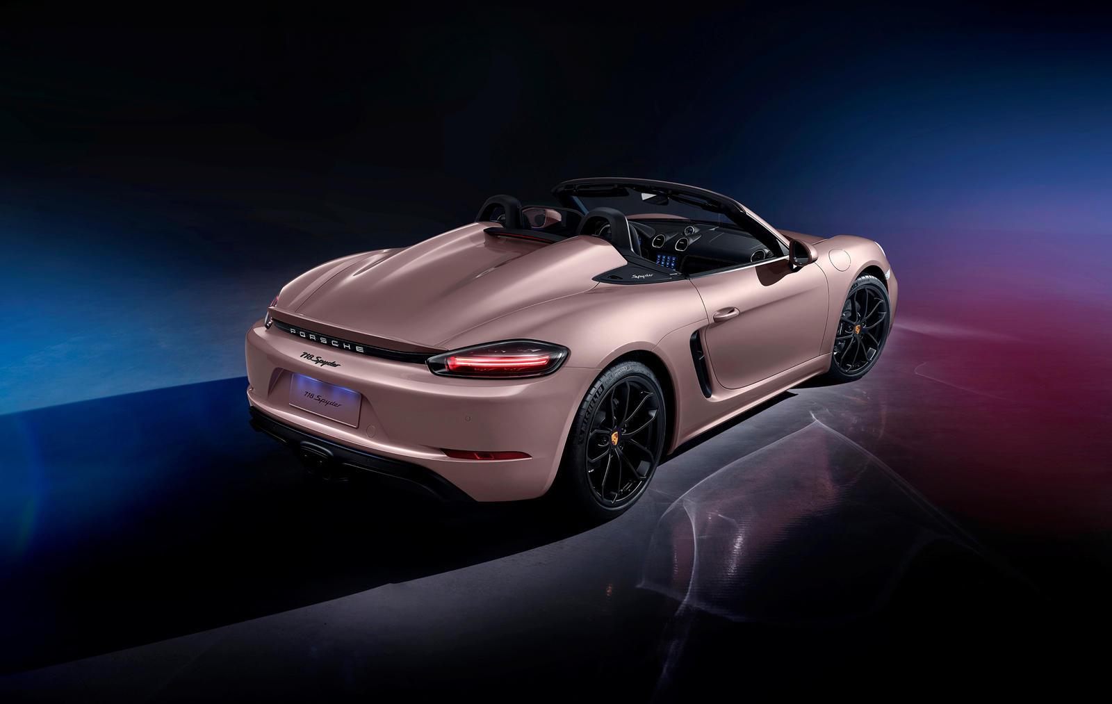 Компания Porsche была основана еще в 1931 году, но не выходила на китайский рынок до 2001 года, примерно 70 лет. Чтобы отпраздновать эту годовщину, Porsche представил на Шанхайском автосалоне в этом году специальный памятный 911 Turbo S, получивший с