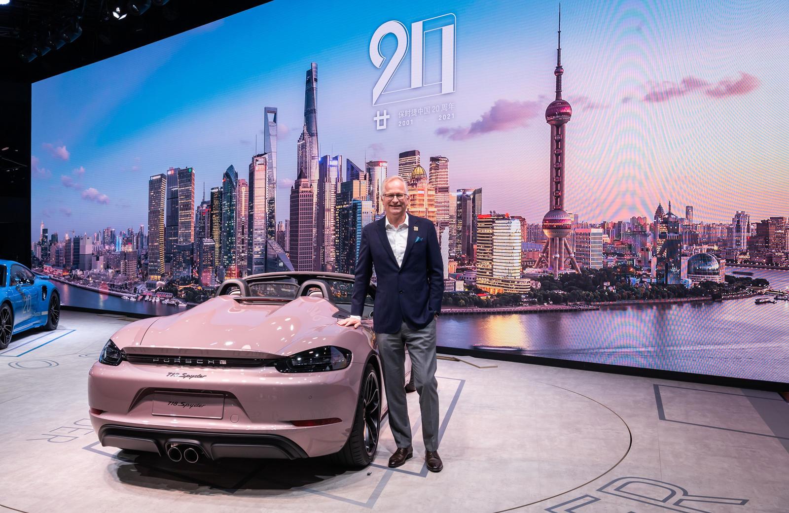Поскольку это только улучшения внешнего вида, 911 Turbo S не получил никаких обновлений производительности, но стандартный автомобиль уже обладает достаточной мощностью благодаря 3,8-литровому твин турбо двигателю мощностью 640 лошадиных сил и 800 Нм