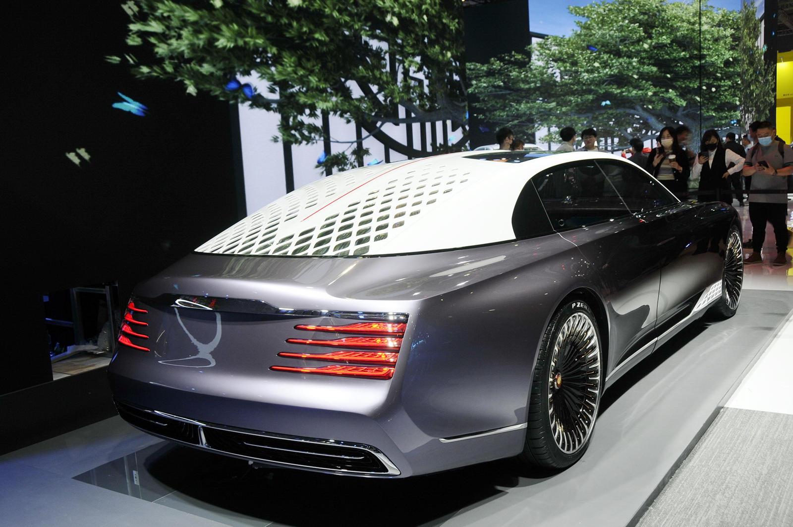 Предполагая, как будут выглядеть лимузины Hongqi в будущем, L-Concept представляет собой седан в стиле купе с крышей типа «фастбэк» и изысканным двухцветным экстерьером.