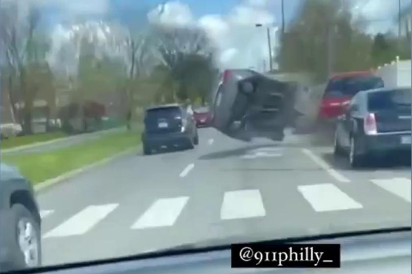 Похоже, что водитель Hyundai Sonata был слишком отвлечен пассажирами, высовывающимися из машин на соседней полосе, и не смотрел на дорогу впереди. К счастью, в аварии никто не пострадал, и сам водитель, надеемся, не получил серьезных травм, так как а