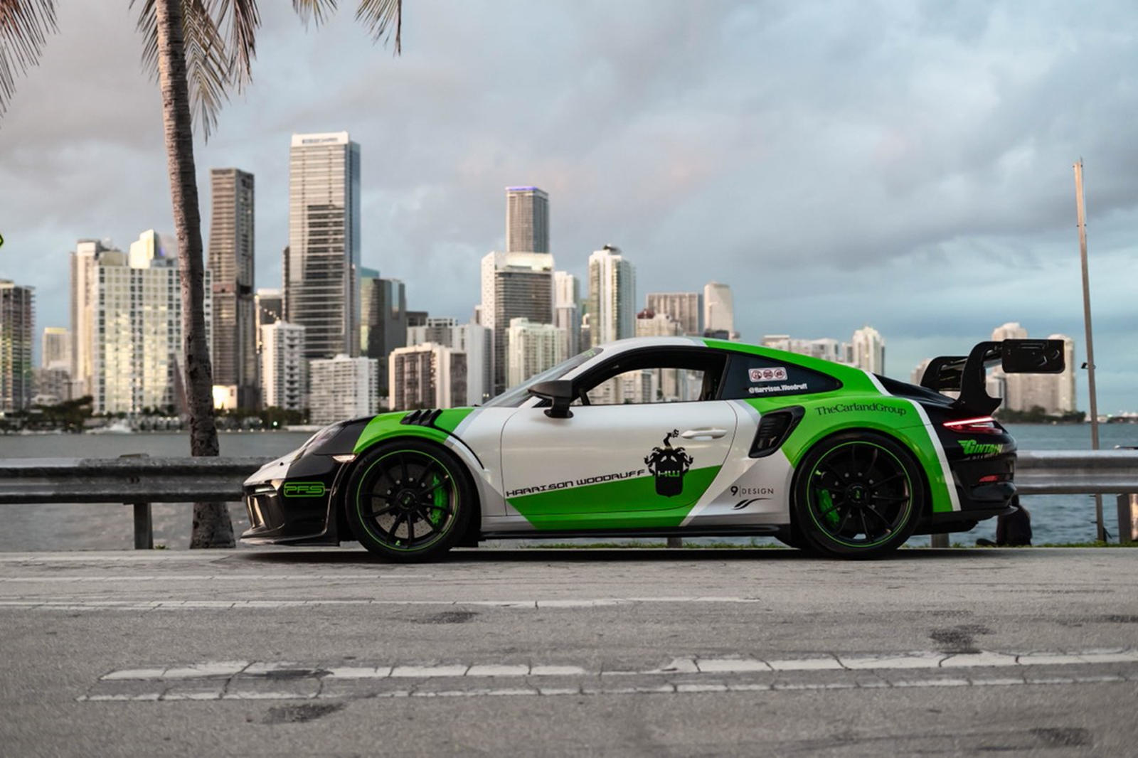 1016 Industries дополнительно улучшил внешний вид автомобиля с помощью набора колес, которые были разработаны специально для этого проекта. Внутри GMG x 1016 Industries GT3 RS видны тормозные суппорты Lizard Green, дополненные интерьерными акцентами