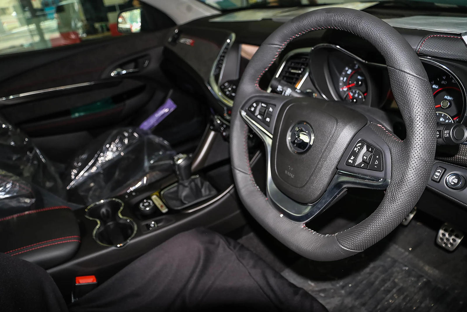 Этот конкретный HSV Maloo GTSR имеет номер 600 из 600 и показывает на одометре только 27 километров. Так что же делает этот грузовик с низкой посадкой таким особенным? Под капотом скрывается 6,2-литровый бензиновый двигатель V8, который передает 583