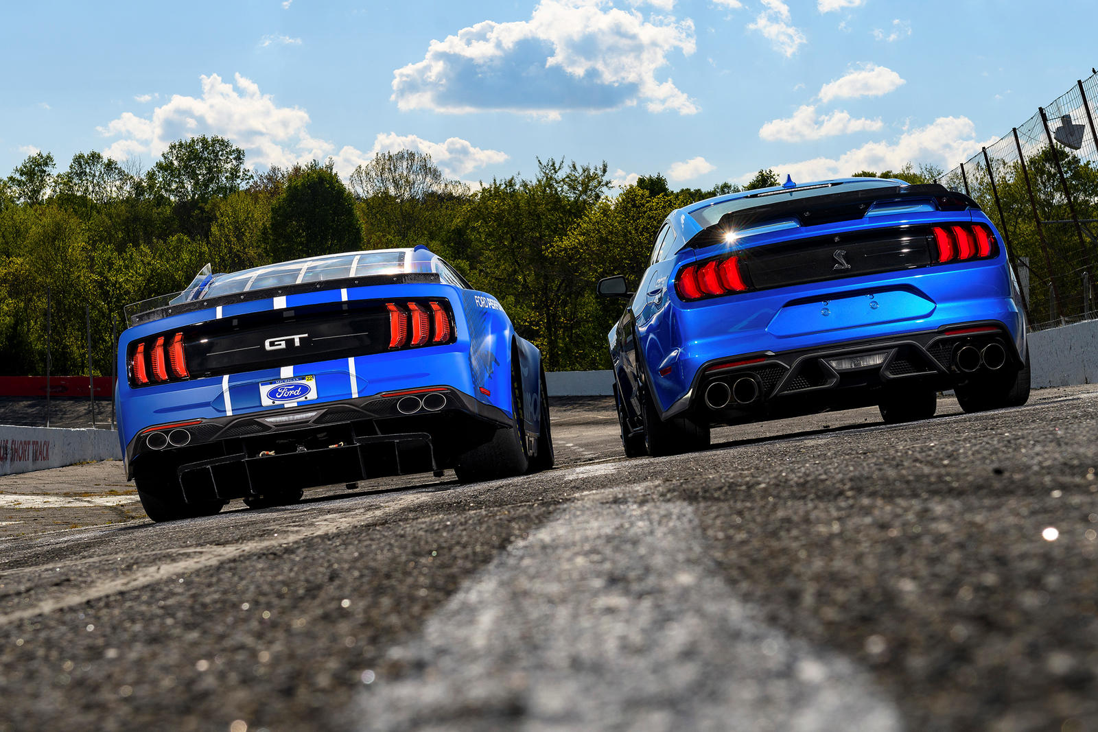 Mustang следующего поколения находился в разработке в течение двух лет, и его кузов был разработан с нуля. Ford отмечает, что новая модель создана с расчетом на будущее и достаточно гибка для таких достижений, как гибридные трансмиссии гоночного уров