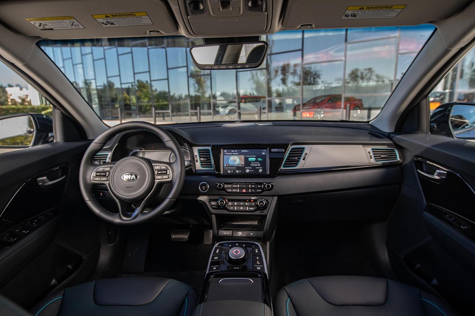 Базовая комплектация EX теперь стандартно оснащена беспроводным Apple CarPlay и Android Auto, а также системой оповещения пассажиров сзади. Также есть функция удаленного запуска, которая позволяет владельцам предварительно нагревать или охлаждать сал