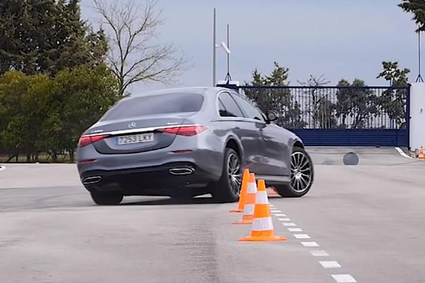 Удивительно, но результат S-Class означает, что он превзошел гораздо меньший BMW M235i Gran Coupe, который смог пройти тест только на максимальной скорости 67 км/ч. Более прямой конкурент S-Class, Lexus LS 500h AWD, развивал максимальную скорость 71