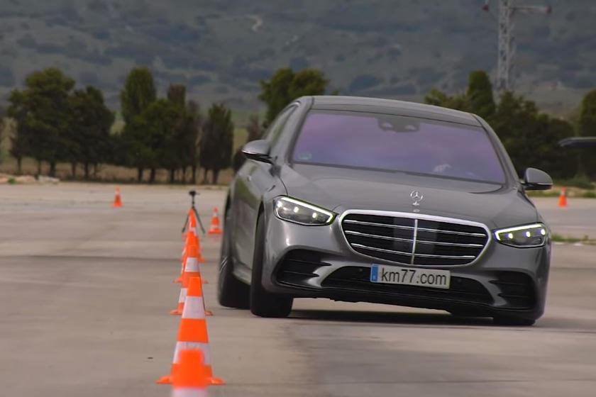 В то время как новый S-Class доступен с множеством технологий, таких как рулевое управление задней осью, модель 2021 года, использованная для этого теста, была S400d 4Matic со стандартной подвеской без доступного рулевого управления задней осью.