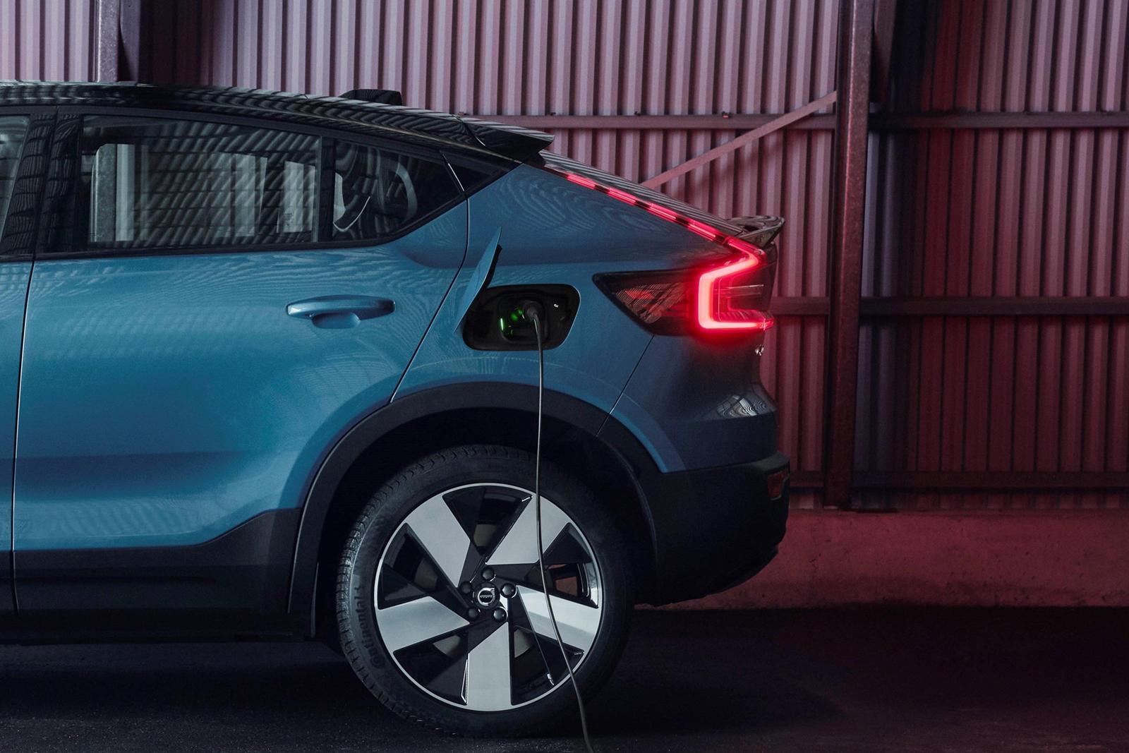 Внедорожник, стилизованный под купе, - не новая идея. BMW начал эту тенденцию в 2008 году с X6, автомобиля, который он назвал Sports Activity Coupe (SAV). Спустя более чем десятилетие несколько автопроизводителей, включая Audi, Infiniti, Mercedes-Ben