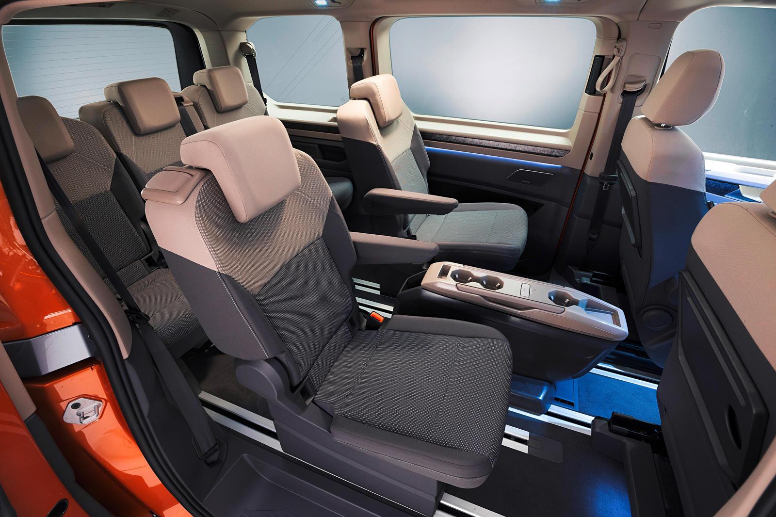 Дизайн Multivan восходит к 1985 Transporter T3 с решеткой во всю ширину и фарами, которые придают автомобилю более современный вид. Эта новая модель ниже, длиннее и шире для улучшения аэродинамики с меньшими передними воздухозаборниками, чтобы отдать