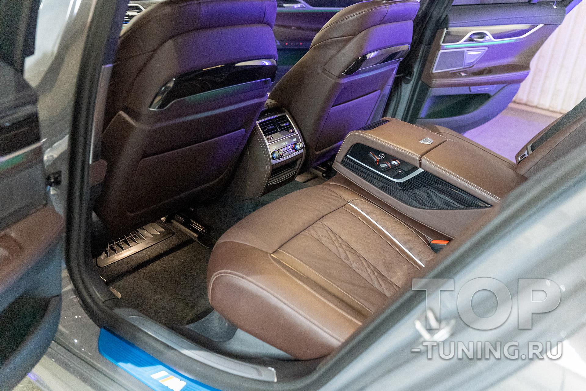 Салон новой БМВ 7 серии – диван, подлокотник пассажиров заднего ряда