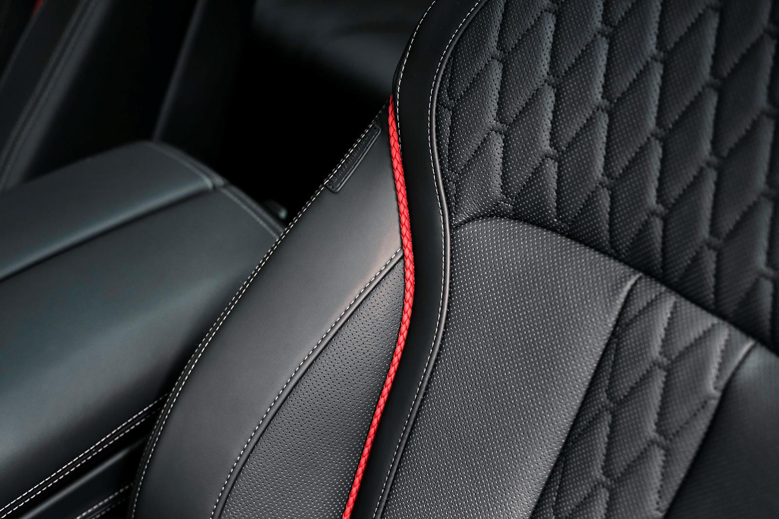 BMW также добавил пакет M Sport, состоящий из более агрессивных передних и задних бамперов и расширенной глянцевой внешней отделки Shadowline M. На красивых 22-дюймовых легкосплавных дисках со сдвоенными спицами и эксклюзивной матово-серой отделкой в