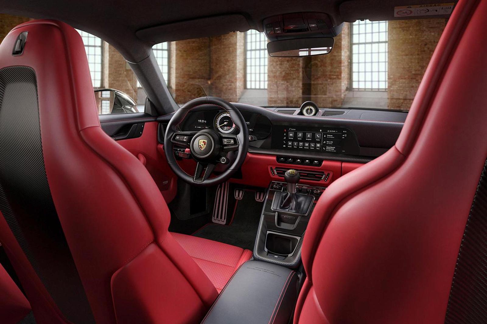 Внутри индивидуализированный 911 GT3 Touring отличается потрясающим двухцветным кожаным салоном Exclusive Manufaktur в черном и красном цветах Lipstick Red, дополненным красной строчкой и окантовкой на ковриках. Это идеальное сочетание придает 911 GT