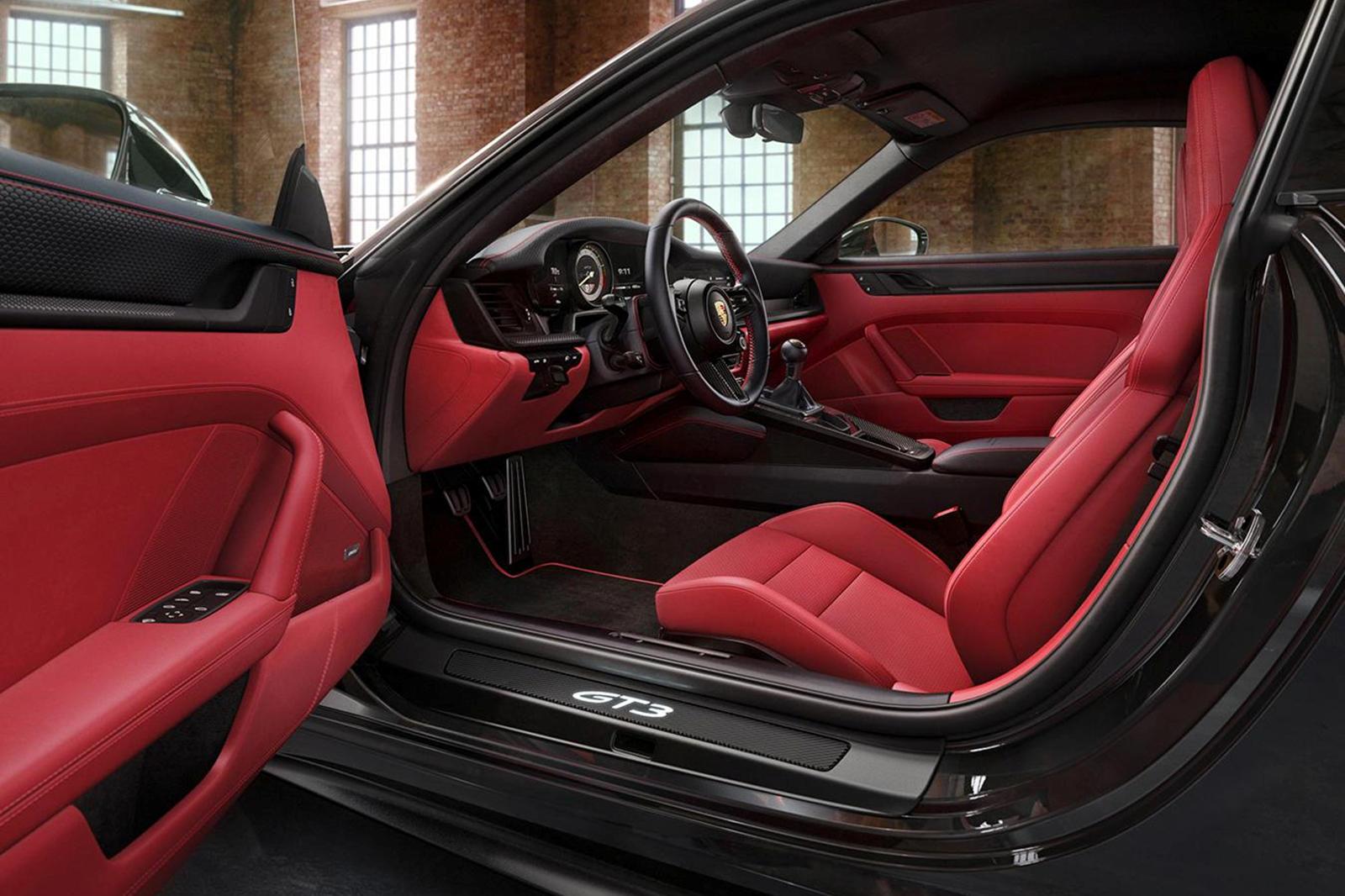 На фотографии, опубликованной в Facebook, подразделение персонализации демонстрирует 911 GT3 Touring с тонированными светодиодными фарами и колесами Satin Black размером 20 дюймов спереди и 21 дюйм сзади.