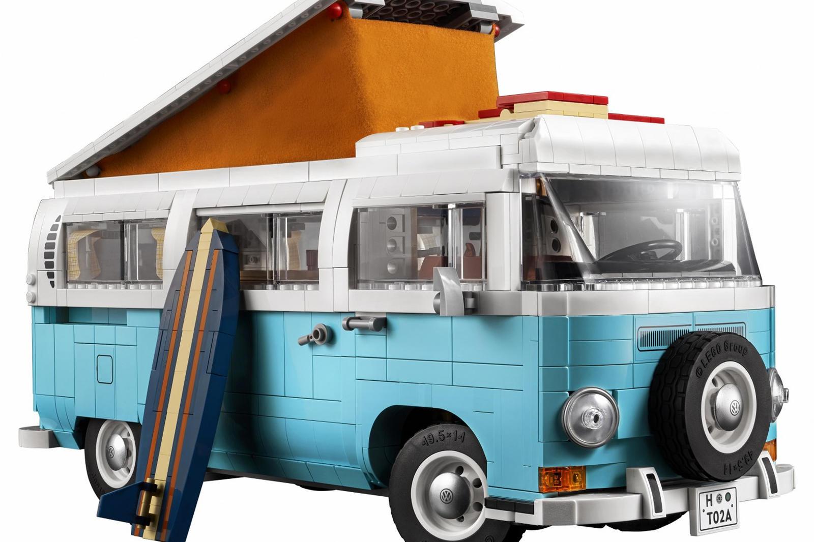 Он получил новый цвет, раздвижную дверь и вышеупомянутое переднее лобовое стекло Baywindow. Другие интересные детали включают работающую систему рулевого управления и детально проработанный интерьер с открывающимися шкафчиками, холодильником, раковин