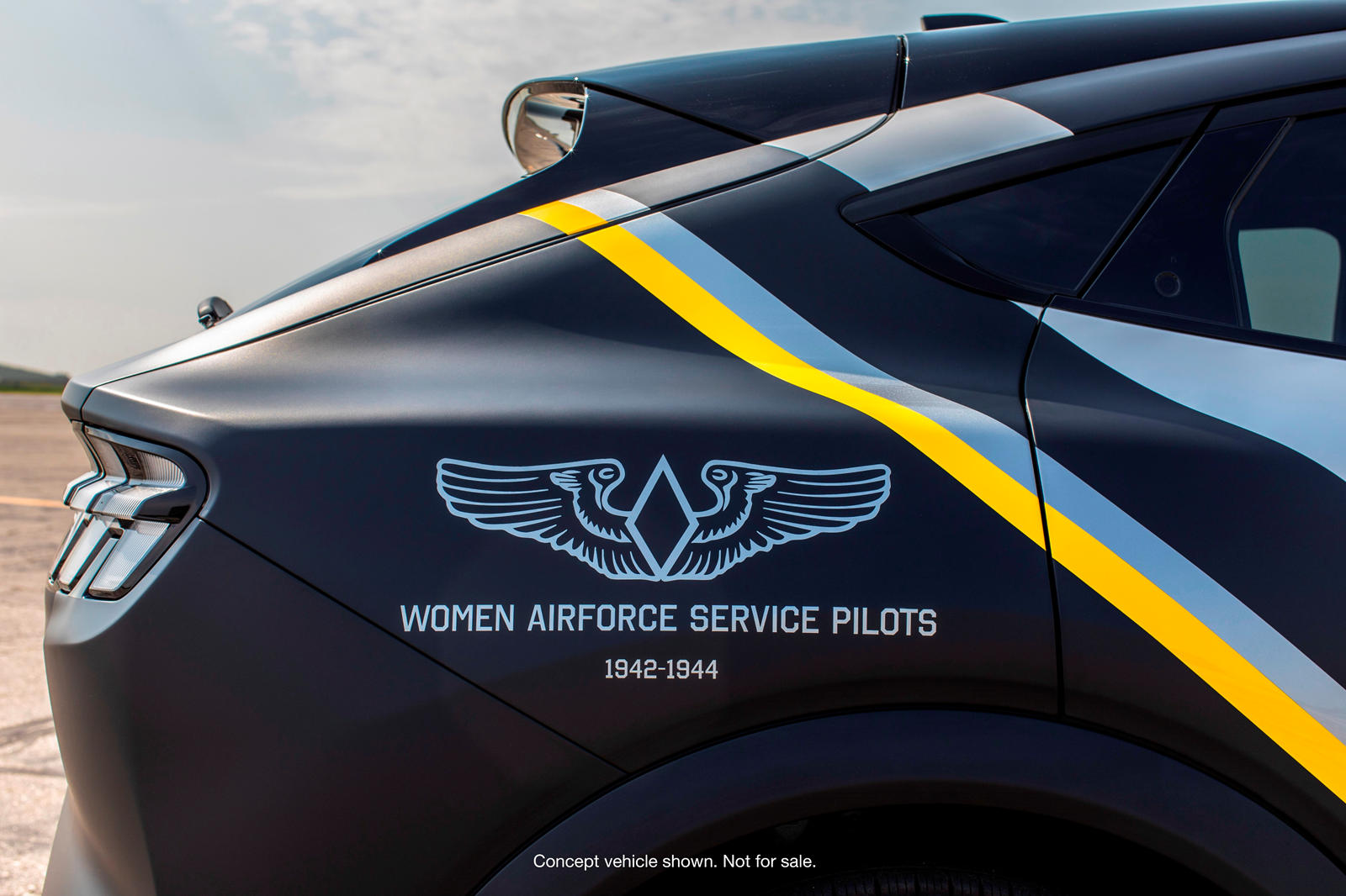 Доходы от этого аукциона пойдут на помощь молодежи, не получающей должного медицинского обслуживания, и молодым женщинам, которые хотят сделать карьеру в авиации. Ford ранее пожертвовал 12 автомобилей авиационной тематики в поддержку AirVenture, в то