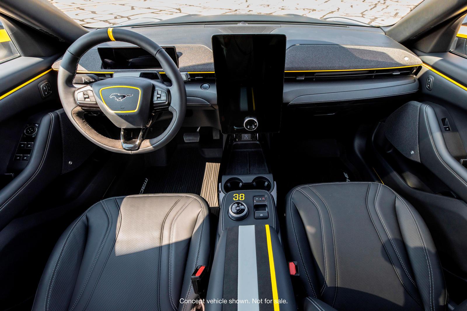 Ford Mustang Mach-E - знаковый автомобиль для Ford, и, помимо его спорного названия и неизбежного сравнения с классическим пони-каром, этот стильный и быстрый электрический кроссовер легко покорится. Теперь электромобиль снова оказался в центре внима