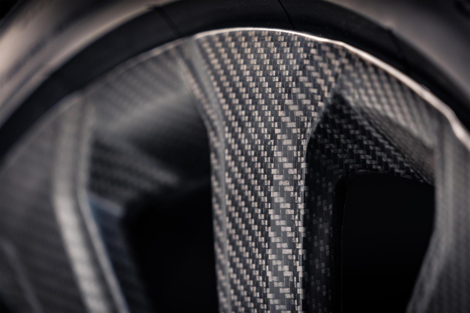 Не волнуйтесь – мы тоже понимаем эту иронию, связанную с установкой облегченных колес на автомобиль с начальной снаряженной массой 2415 кг. Тем не менее, мы должны сказать, что эти колеса особенные, они были разработаны совместно с Bucci Composites,