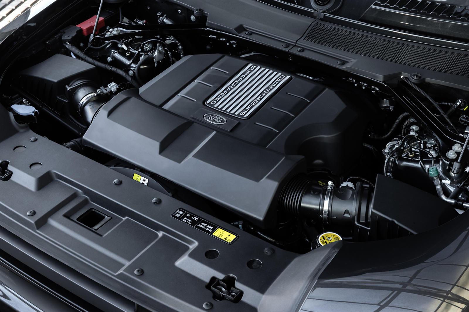 Другие Land Rover под маркой SVR, такие как Range Rover Sport SVR, жертвуют некоторыми из своих внедорожных способностей в пользу более открытого стиля, дополнений из карбона и гораздо более высоких характеристик на дороге. Согласно Motortrend, Defen