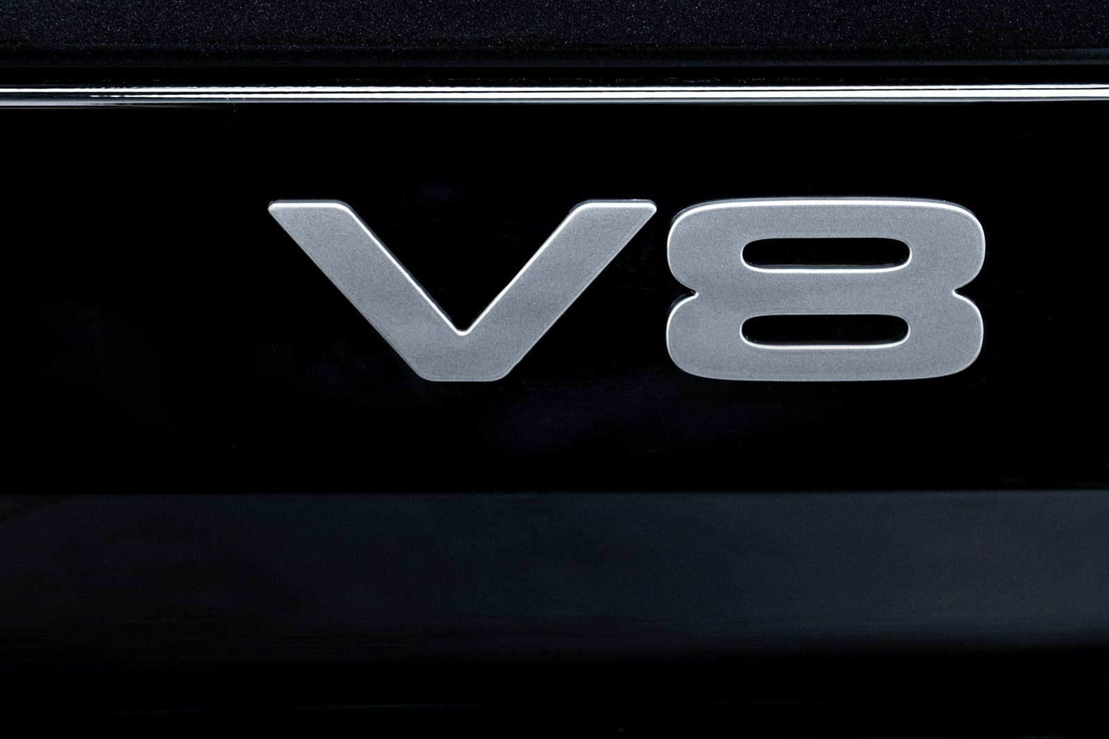 Нынешний Land Rover Defender - это успешное возвращение паспортной таблички на территорию Северной Америки. В этом году ассортимент стал еще сильнее благодаря нескольким обновлениям, включая появление долгожданного Defender V8. Благодаря 518 лошадины