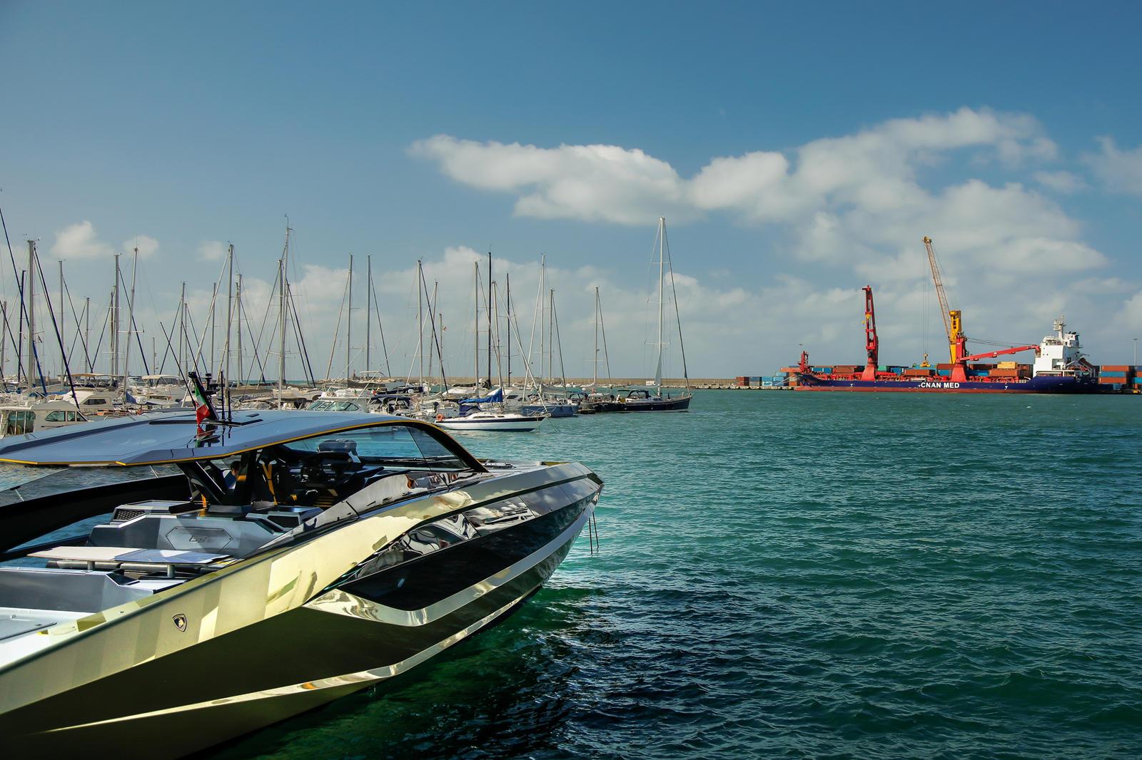 Sian стоит 263 млн рублей 3,6, но Lamborghini не раскрывает, во что вам обойдется эта лодка. Тем не менее, мы ожидаем, что она будет стоить значительно дороже, чем автомобиль, но с двумя двигателями V12 от MAN и конструкцией из карбона вы действитель
