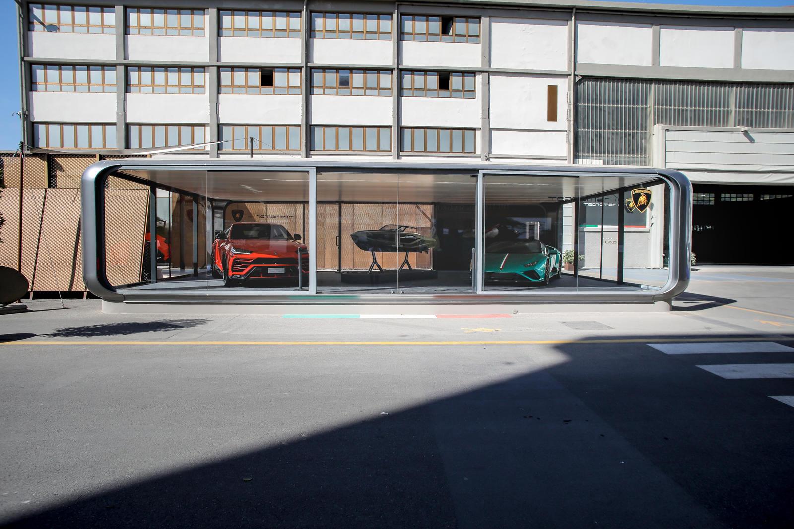 Как видно из дизайна (и, в данном случае, цветовой схемы), супер-яхта вдохновлена Lamborghini Sian, выпуск которой также ограничен всего 63 единицами.