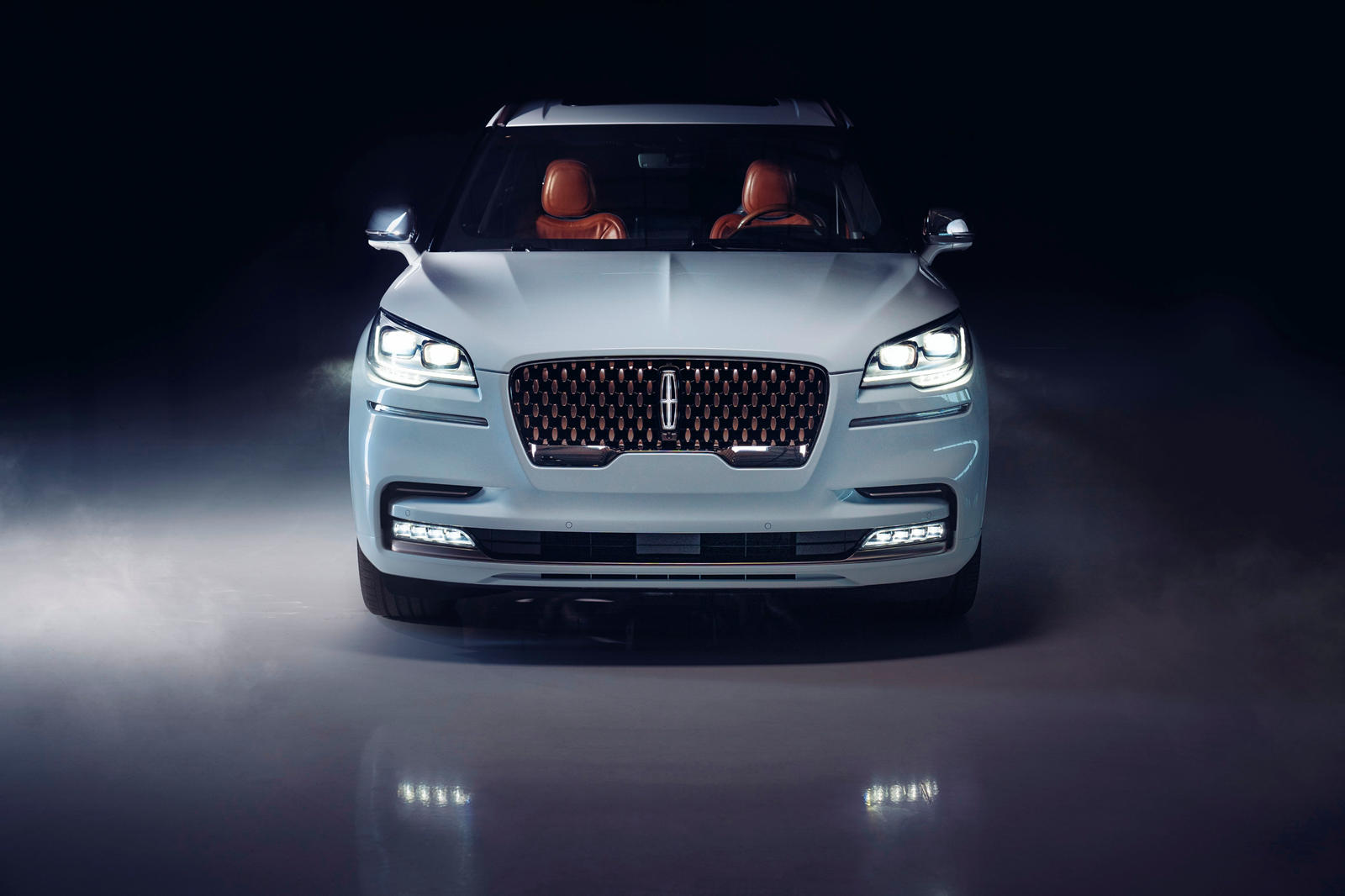 Lincoln недавно объявил, что он также намерен провести электрификацию, и благодаря потрясающим проектам, разработанным в последнее время автопроизводителем, возможно, роскошное подразделение Ford не будет долго догонять Cadillac.