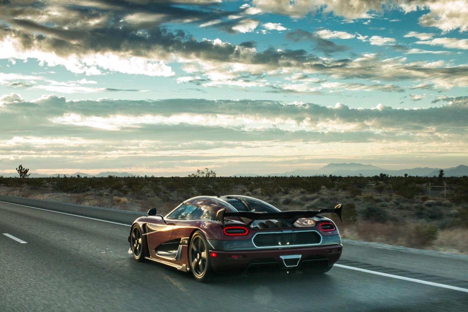 Но теперь рекордный автомобиль Agera RS вернулся в особой фотосессии. В Instagram художник Джеймс Джин поделился изображениями своего последнего арт-проекта автомобиля на основе рекордного автомобиля Agera RS. В результате получился «самый быстрый в