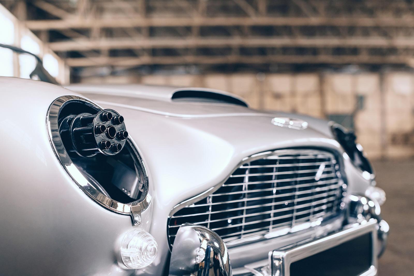 В салоне есть быстросъемное рулевое колесо для быстрого входа и выхода, и есть даже некоторые автомобильные компоненты, такие как дисковые тормоза Brembo и амортизаторы Bilstein.