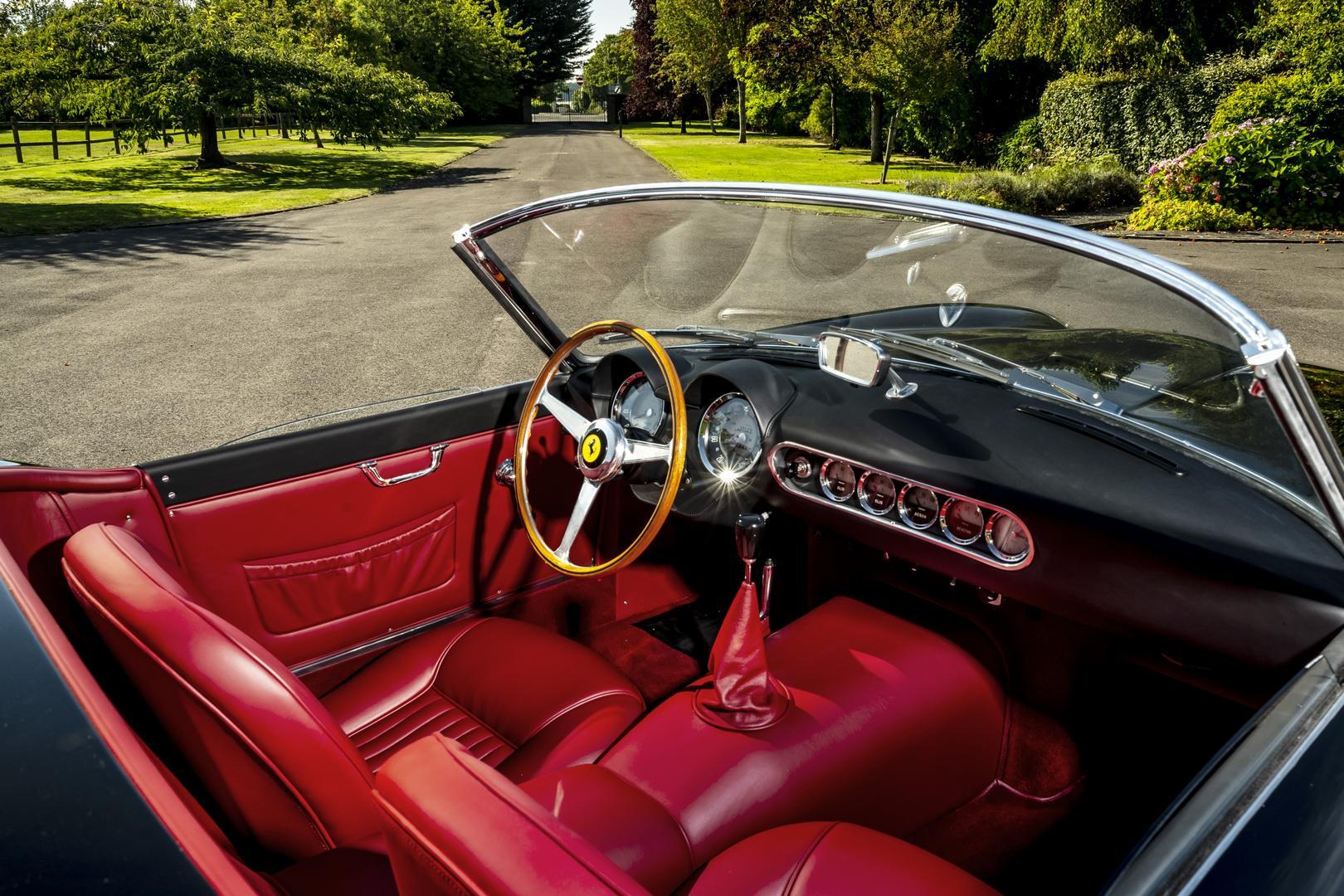 Интерьер может быть отделан различными видами кожи высокого качества и дополнительным меньшим деревянным рулевым колесом в винтажном стиле с оригинальным звуковым сигналом.