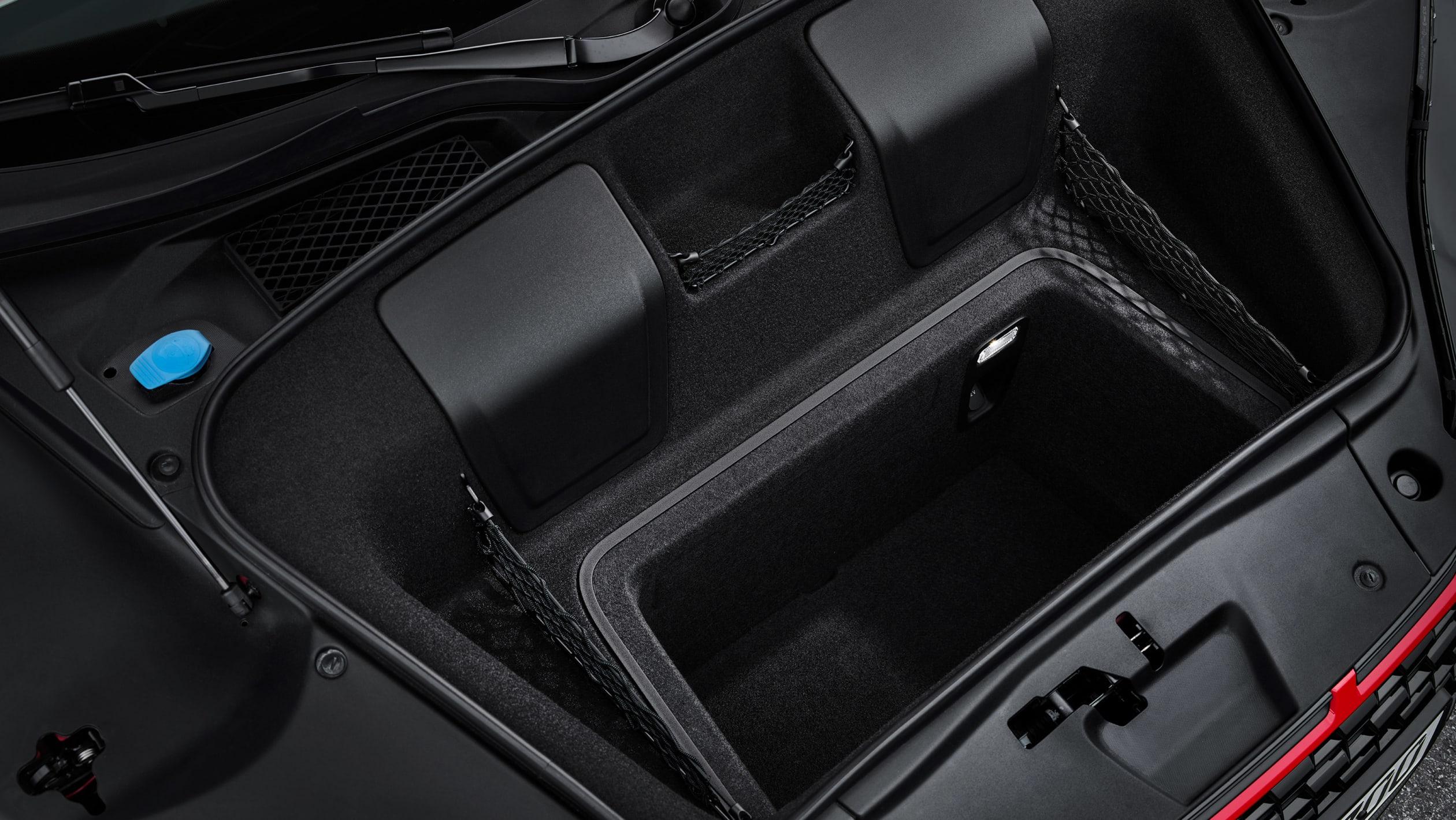 Однако за дополнительные деньги приходит большая мощность. Используя тот же атмосферный 5,2-литровый двигатель V10, R8 V10 Performance RWD выдает 562 л.с., что на 29 л.с. больше, чем у предыдущего R8 V10. Крутящий момент составляет 550 Нм.