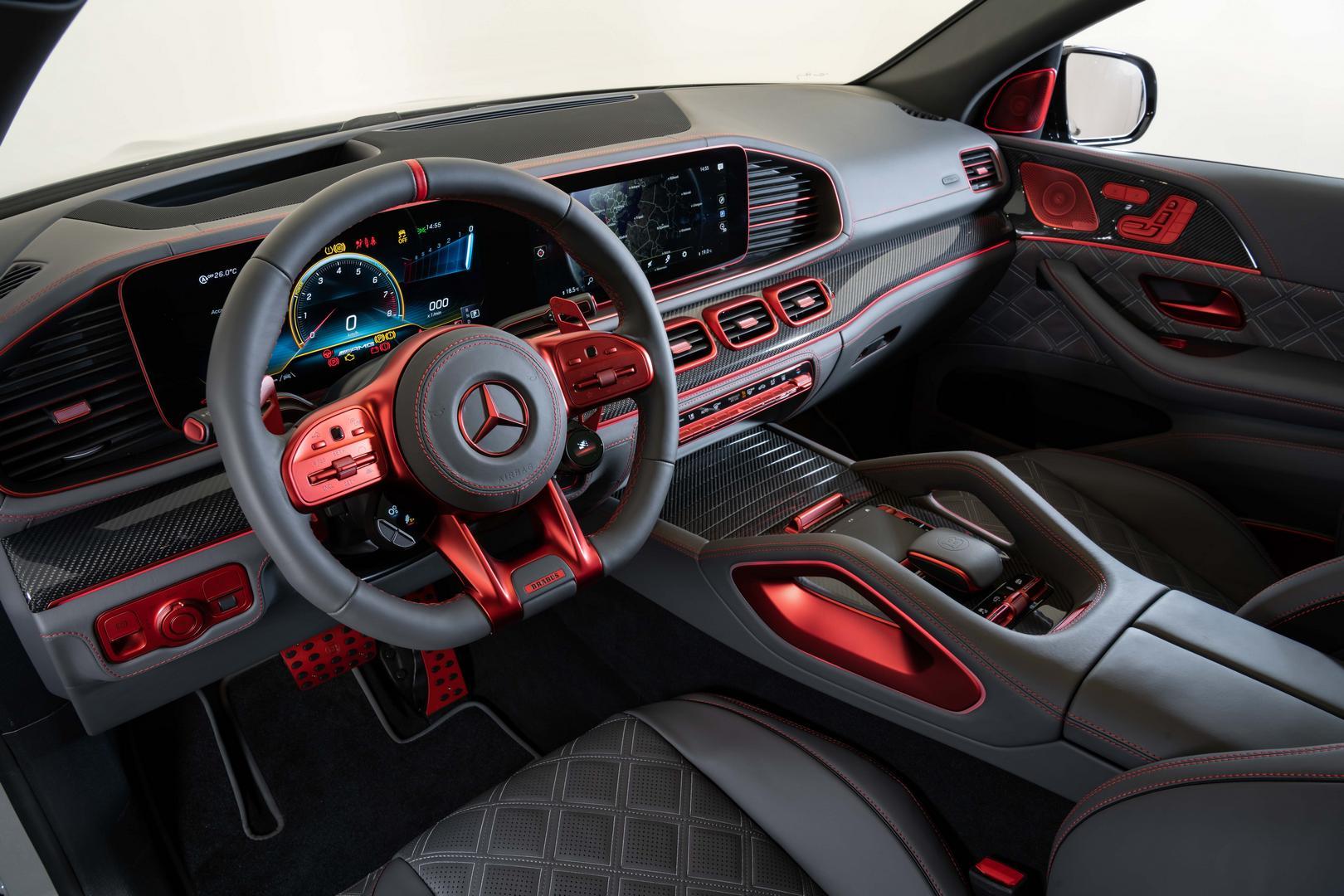 900 Rocket Edition был оснащен колесами Monoblock Z 'Platinum Edition' диаметром 24 дюйма и открытыми карбоновыми аэродинамическими дисками. Передняя ось оснащена колесами размером 10Jx24, установленными на высокопроизводительных шинах 295/30 ZR24, т