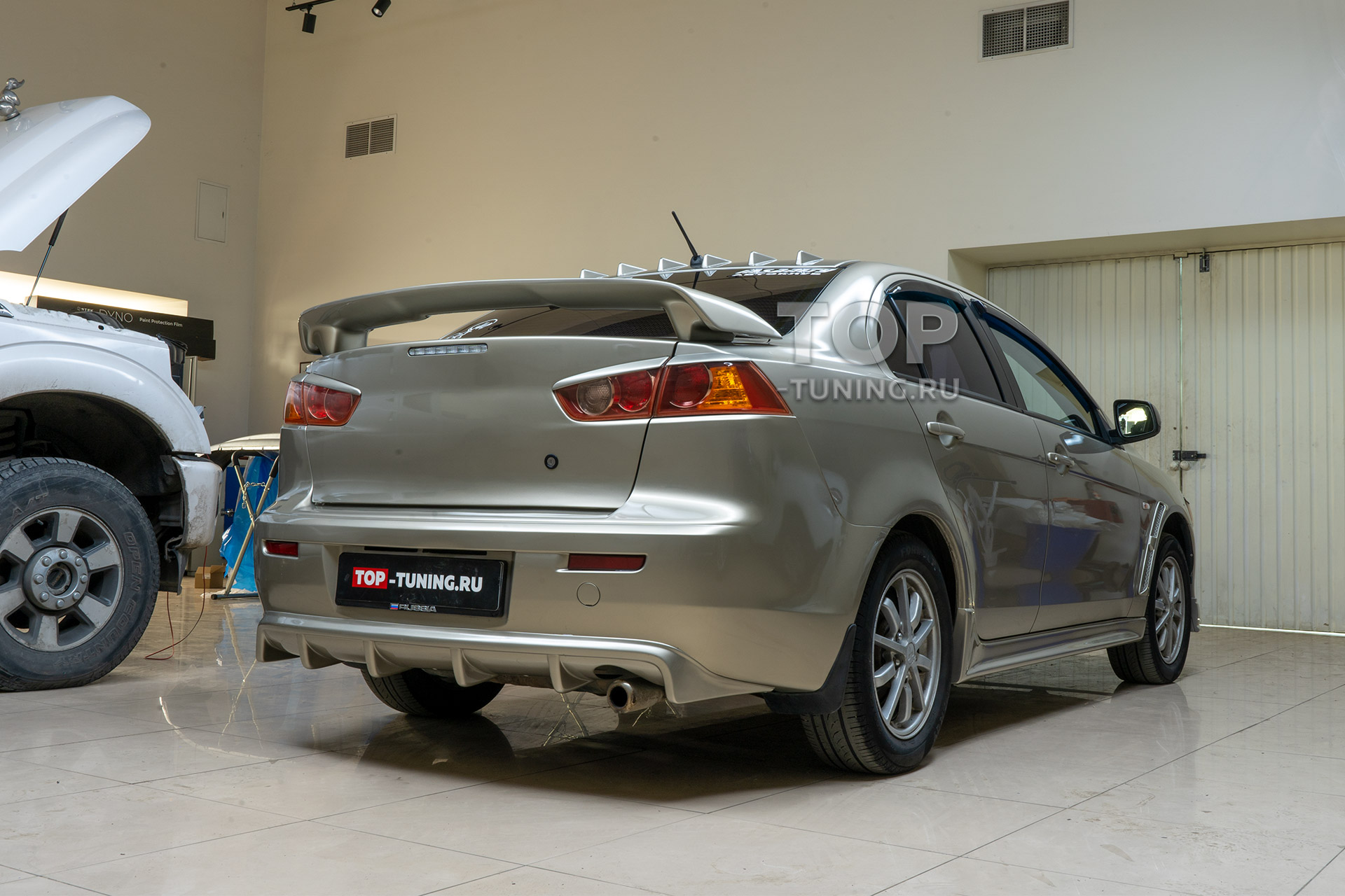 Монтаж аксессуаров и установка тюнинг обвеса из пластика для Mitsubishi Lancer X
