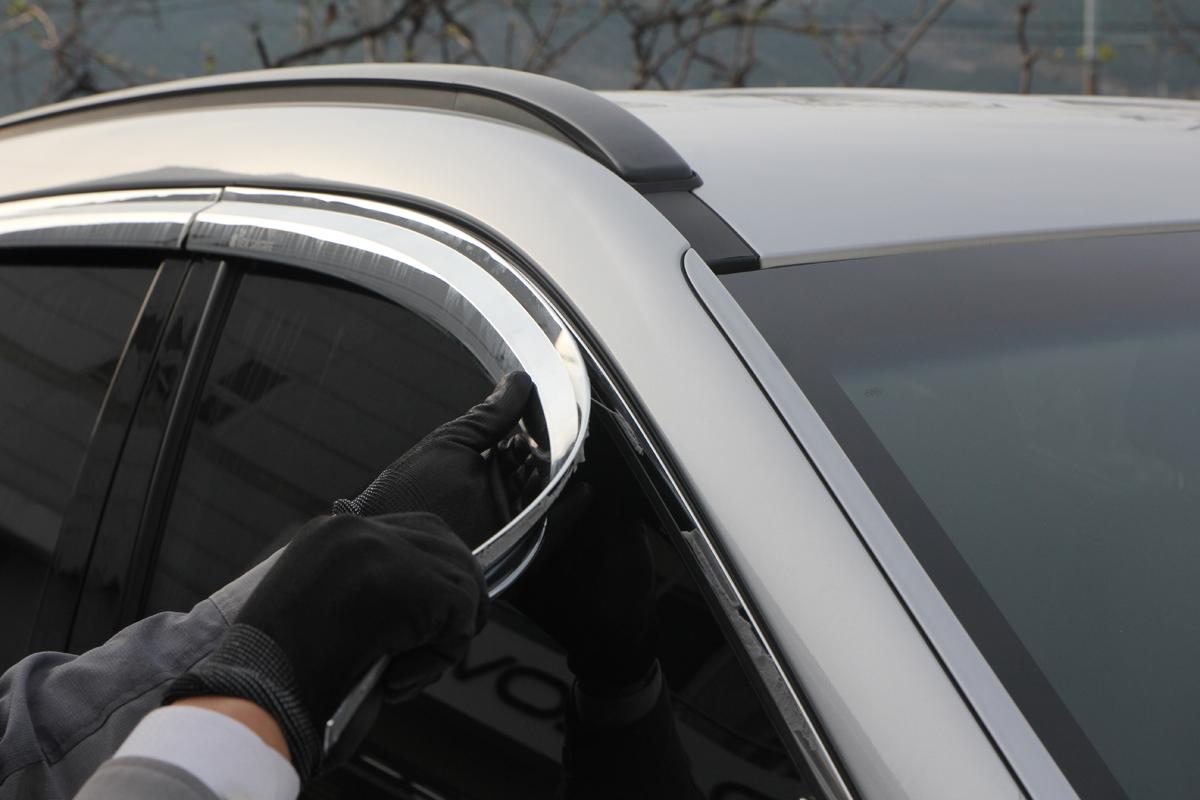 Оторвать дефлектор от окна авто.