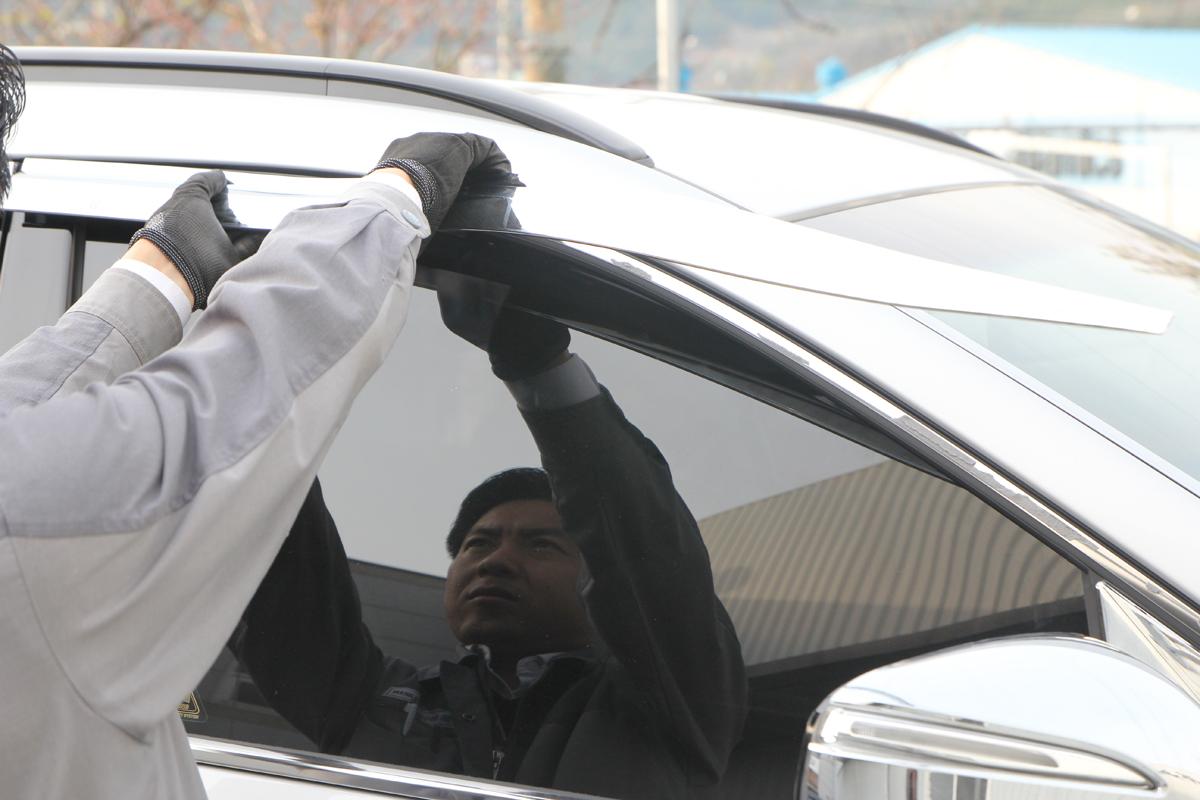 Снятие дефлекторов с двери автомобиля