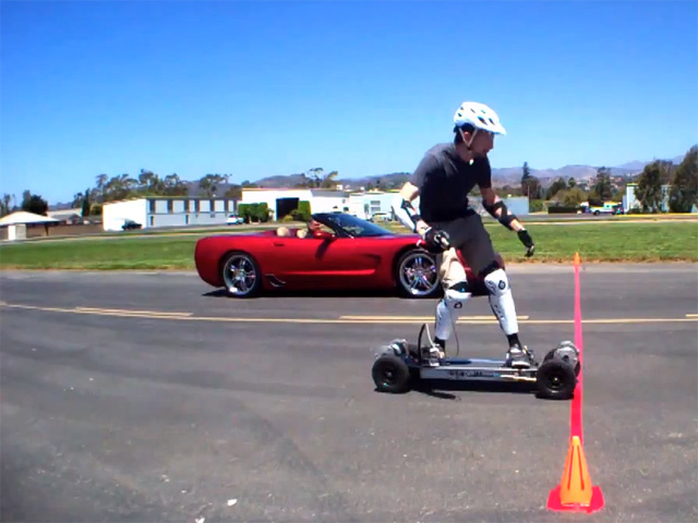 Corvette против электро-скейтборда