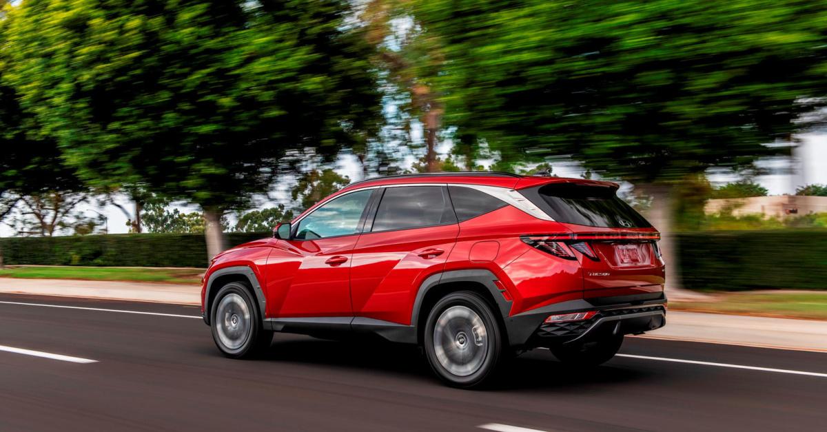 Совершенно новый 2022 Hyundai Tucson готовится к запуску этим летом, и он действительно начинает выглядеть очень хорошо. Четвертое поколение компактного кроссовера получило новый, более острый экстерьер, и впервые Tucson будет доступен как гибрид, та