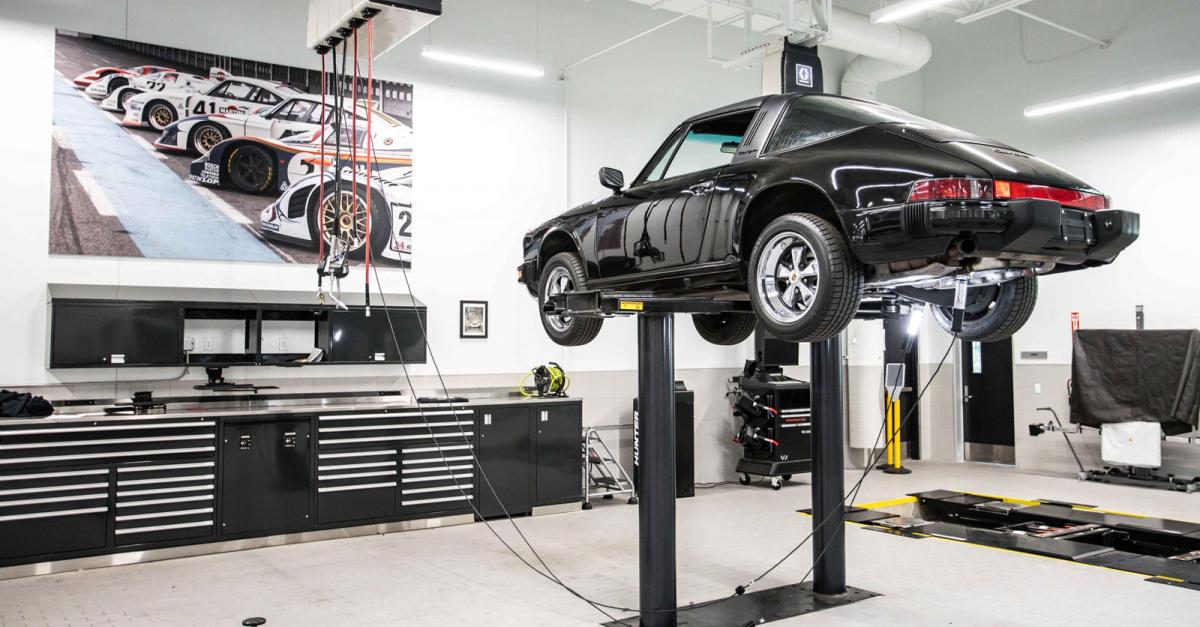 По данным Porsche, в США больше классических спортивных автомобилей, чем на любом другом рынке в мире. Многие из них ухудшились за последние несколько десятилетий и заслуживают того, чтобы их сохранить. Porsche Classic поощряет американских дилеров п