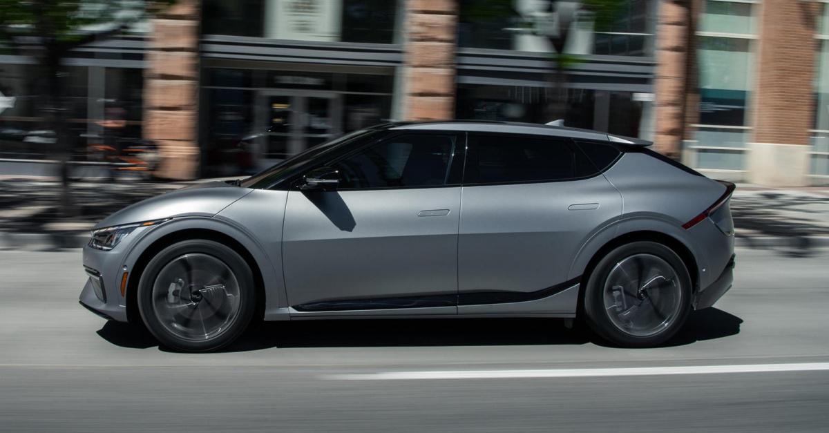 «Ранний спрос на совершенно новый EV6 был огромным, и мы быстро переустановили наш специальный веб-сайт бронирования, чтобы обеспечить расширенный доступ и трафик», - сказал Рассел Вейджер, вице-президент по маркетингу Kia America. «Справедливость -