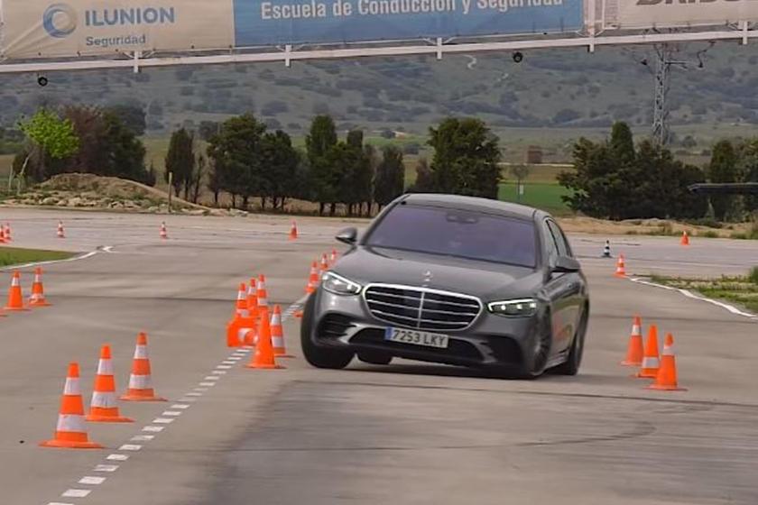 Хотя седан выглядит немного неуклюжим гигантом и продемонстрировал изрядный крен кузова в начальном тесте на 77 км/ч, команда была весьма впечатлена естественной и предсказуемой реакцией автомобиля. Поскольку водитель еще не привык к машине, на этом