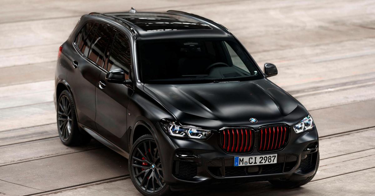 Глянцевая черная решетка радиатора Shadowline с красными вертикальными полосами резко контрастирует с окраской кузова BMW Individual Frozen Black Metallic. Присмотритесь, и вы заметите полностью светодиодные фары Darkened M Shadowline Adaptive Full L