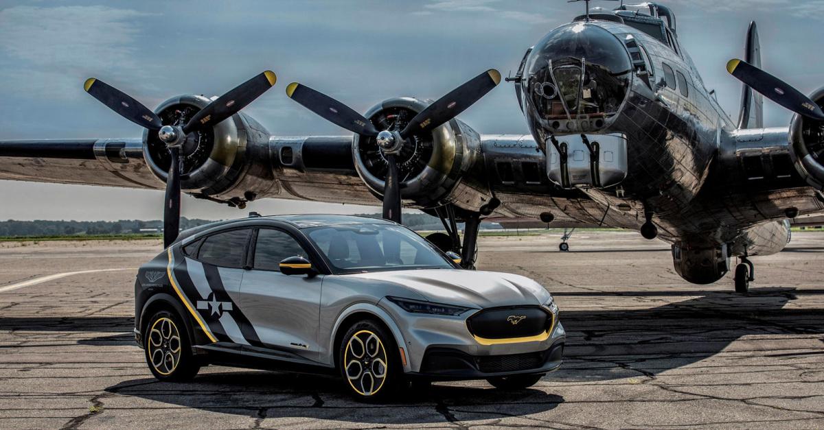 Исходя из комплектации Premium, он имеет 346 лошадиных сил и может разогнаться до 100 км/ч всего за 4,8 секунды. Он выделяется среди других моделей Mach-E своим корпусом Iconic Silver и матовым капюшоном Shadow Black, дополненным полосами Bold Yellow