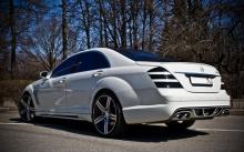 Заменой стандартного бампера Mercedes Benz W221 может стать вариант от Wald из комплекта Black Bison.