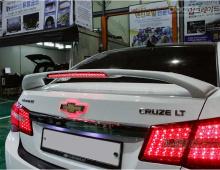 Тюнинг Шевроле Круз - спойлер на багажник со светодиодной подсветкой.