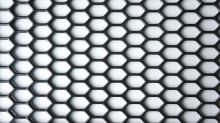 Пластиковая универсальная сетка для бамперов размером 0,9х0,44 м.