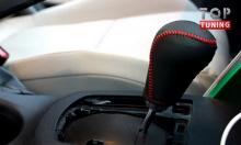 Декоративная кожаная оплетка рулевой колонки Мазда СХ5 с красной декоративной строчкой.
