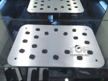 Металлическая противоскользящая накладка для отдыха ног водителяSKYACTIV с резиновыми вставками.