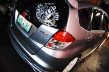 Эмблема шильдик на клеевой основе - Модель RS - Размер 110*27 мм.  Материал - Многослойный пластик. Поверхность глянцевая.