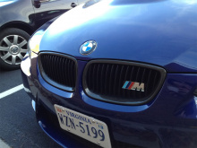Хромированный шильдик в решетку радиатора (ноздри) M - на болтах. Три цвета на выбор. Размер 83*30 мм. Тюнинг БМВ.