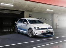 Аэродинамически оптимизированный обвес RevoZport для e-Golf получил новый дизайн переднего сплиттера, канарды на бампере, накладки на пороги, задний диффузор и спойлер GT на крыше для полностью электрического VW Golf. Все специально разработанные дет